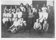 Ульяна Громова, средний ряд, 4-я слева