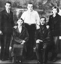 Иван Земнухов (стоит слева) в кругу семьи