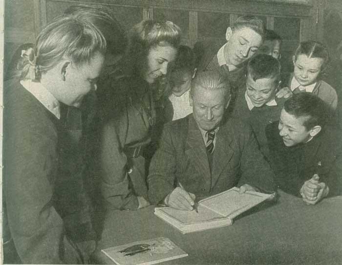А.А. Фадеев и Валя Борц среди юных читателей -Молодой гвардии-